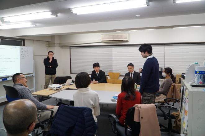 左で立っているのが講師の広瀬 眞之介さん。右で立ってるのが筆者。自己紹介しているだけです