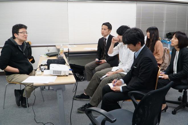 講師(左)の近くの3人だけが質問できる。ゲームのボス戦っぽい配置。